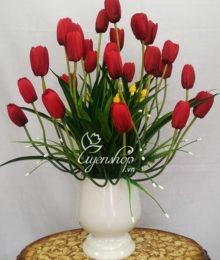 Bình hoa Tulip đỏ